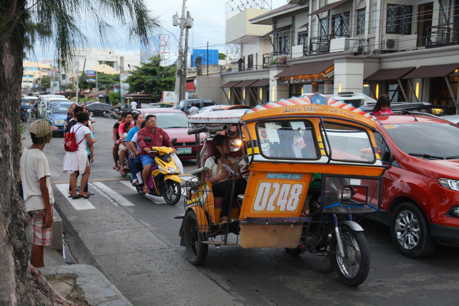 Tricycle - loại xe phổ biến ở Dumaguete - ảnh: Hải Nam